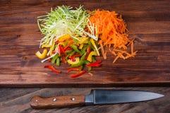 Buntes Gemüse auf einem hackenden Brett mit Messer Lizenzfreie Stockfotografie