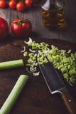 Buntes Gemüse auf einem hackenden Brett mit Messer Stockbilder