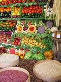 Buntes Gemüse, Früchte und Bohnen stockbild