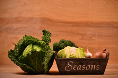 Buntes Gemüse Kohl, Blumenkohl, Brokkoli, Kartoffel, Zwiebel auf Holztisch Stockfoto