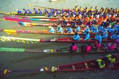 Buntes Gesamt-Longtailboat Stockfotografie