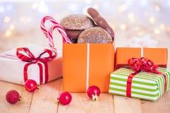 Buntes Geschenk mit Weihnachtsdekorationen Lizenzfreies Stockbild