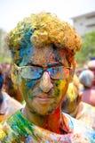 Buntes Gesicht während Holi-Festivals Stockbilder