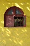 Buntes gewölbtes Fenster, Stockfotografie