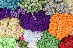 Buntes Gewebe in einem Markt Stockbild