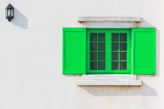 Buntes grünes Fenster und Detail des Hausäußeren Stockbilder