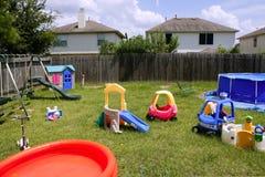 Buntes grünes Gras des Spielplatzes der Kinder zu Hause Stockfotografie