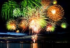 Buntes großes Feuerwerk stockfotografie
