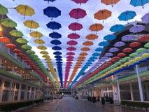buntes Hängen des Regenschirmes im Himmel lizenzfreie stockfotos
