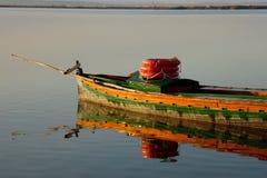 Buntes hölzernes Boot in Albufera-Lagune von Valencia See in Spanien Stockbild