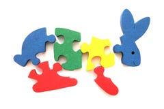 Buntes hölzernes Kaninchenpuzzlespielspielzeug Stockfotos