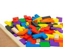 Buntes hölzernes Puzzlespiel auf weißem Hintergrund Stockfoto