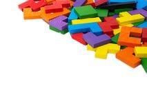 Buntes hölzernes Puzzlespiel auf weißem Hintergrund Lizenzfreie Stockfotografie