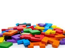 Buntes hölzernes Puzzlespiel für Kind auf weißem Hintergrund Stockfotos