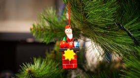 Buntes hölzernes Spielzeug auf einem Weihnachtsbaum Stockbilder