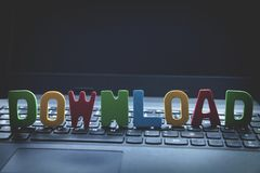 Buntes hölzernes Wort Download auf Laptoptastatur lizenzfreie stockfotos