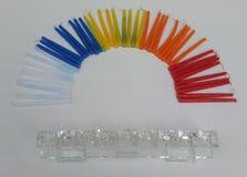Buntes Hannukah leuchtet die Schaffung der Form eines Regenbogens mit einer Glas-chanukkah Lampe durch Lizenzfreies Stockfoto