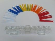Buntes Hannukah leuchtet die Schaffung der Form eines Regenbogens mit einer Glas-chanukkah Lampe durch Stockfotos