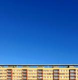 Buntes Haus des Panels mit Himmel Stockfotografie