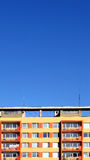 Buntes Haus des Panels mit Himmel Stockfotos