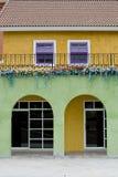 Buntes Haus mit den violetten und weißen Fenstern Lizenzfreie Stockfotografie
