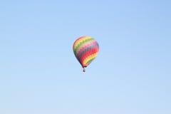 Buntes Heißluftballonfliegen Stockfotografie
