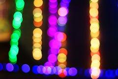 Buntes helles bokeh nachts mit dunklem Hintergrund lizenzfreie stockfotografie