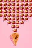 Buntes helles Muster mit reifer Erdbeere Beschneidungspfad eingeschlossen Rosa Hintergrund Lizenzfreie Stockbilder