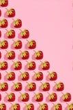 Buntes helles Muster mit reifer Erdbeere Beschneidungspfad eingeschlossen Rosa Hintergrund Lizenzfreie Stockfotos