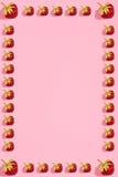 Buntes helles Muster mit reifer Erdbeere Beschneidungspfad eingeschlossen Rosa Hintergrund Stockfotos
