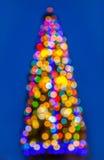 Buntes helles Weihnachtsbaum bokeh auf blauem Hintergrund Lizenzfreie Stockbilder
