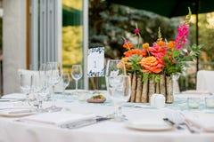 Buntes Hochzeitsempfang-Mittelstück Stockfoto