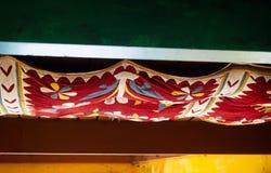 Buntes indisches Patchworkgewebe, welches die Decke coverying ist stockfotografie