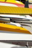 Buntes Kanu und windsurf Rümpfe Stockfoto