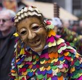 Buntes Karnevalskostüm und hölzerne Maske Lizenzfreies Stockbild