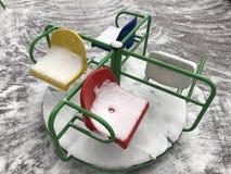 Buntes Karussell im Schnee Lizenzfreie Stockfotografie