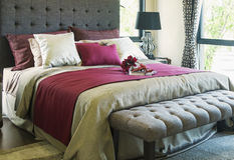 Buntes Kissen auf Bett Lizenzfreies Stockbild