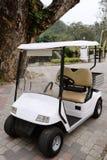 Buntes klassisches Golfauto auf weißem Hintergrund Lizenzfreie Stockfotos