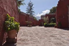 Buntes Kloster mit Vulkan im Hintergrund Stockfotos