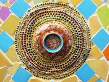 Buntes Kreismosaik auf einer Wand Stockfoto