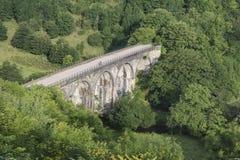 Buntes Landschaftsbild des Grundstein-Viadukts und Monsal gehen herein voran stockbilder