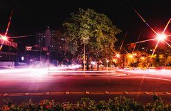 Buntes langes Belichtungsfoto von Autos auf einer großen Allee der Zweiweisen, Lizenzfreie Stockfotos