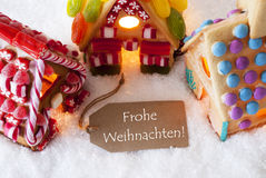 Buntes Lebkuchen-Haus, Schnee, Frohe Weihnachten bedeutet frohe Weihnachten Lizenzfreie Stockfotografie