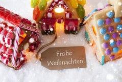 Buntes Lebkuchen-Haus, Schneeflocken, Frohe Weihnachten bedeutet frohe Weihnachten Lizenzfreies Stockbild