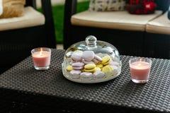 Buntes macaron auf Platte unter einem Glasdeckel Stockfotos