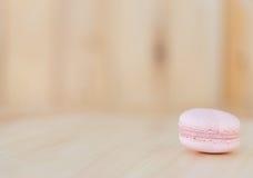 Buntes macaron, Makrone auf hölzernem Hintergrund Lizenzfreie Stockbilder