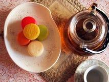 Buntes macaron mit Teekanne Lizenzfreie Stockbilder