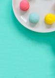 Buntes Macarons auf Teller Stockbilder