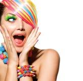 Buntes Make-up, Haar und Zusätze lizenzfreie stockfotografie