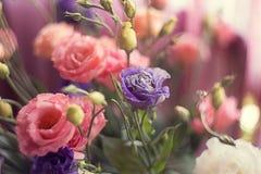 Buntes mehrfarbiges des Alstroemeriablumenstraußes von Blumen in einem Vase stockfotos